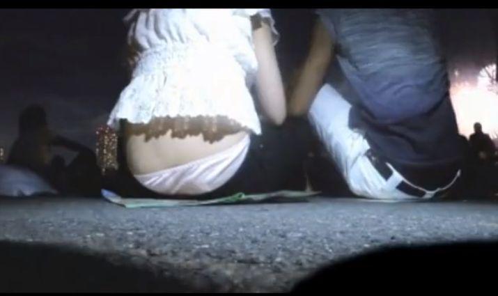 花火大会で上にはみ出るパンツを隠し撮り[盗撮]