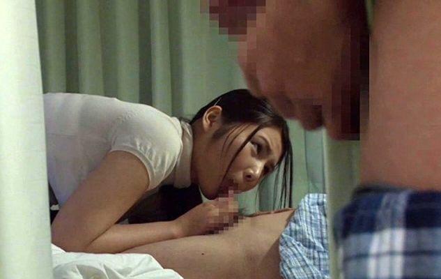見舞い妻に夫にバレないように勃起チ○ポを見せつける男。