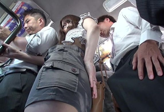 夫が横にいるのに他人の勃起チ○ポがバスの振動で尻肉に突き刺さり興奮が止まらない妻。