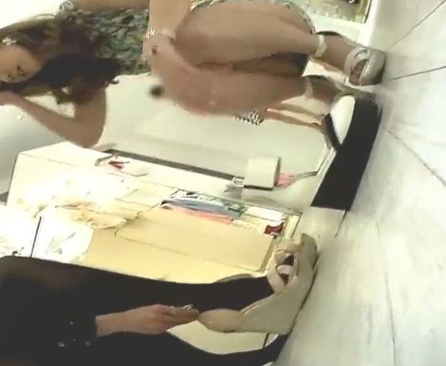 レベル高めなショップ店員達が接客中にパンツを隠し撮り[盗撮]