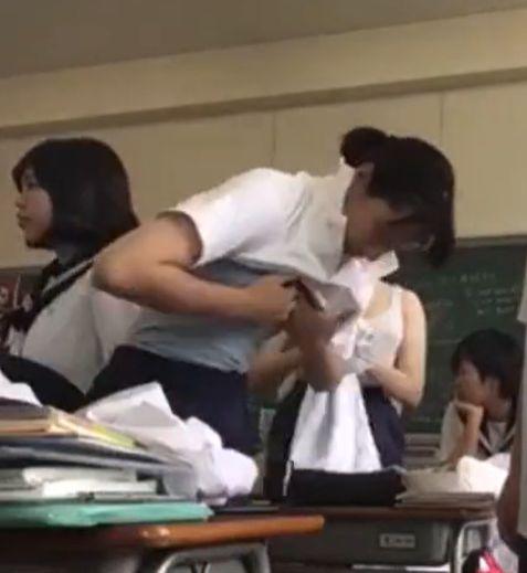 教室にカメラを仕掛けて着替える生徒達を隠し撮り[盗撮]