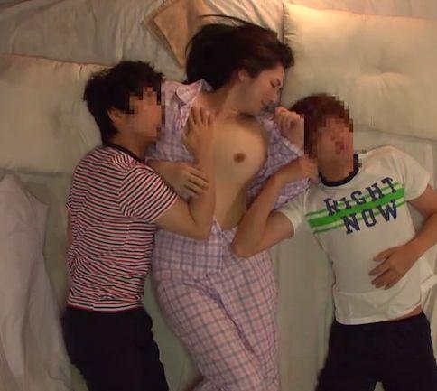 悪巧みをする甥っ子兄弟!雑魚寝する布団で叔母さんを挟み撃ちに!