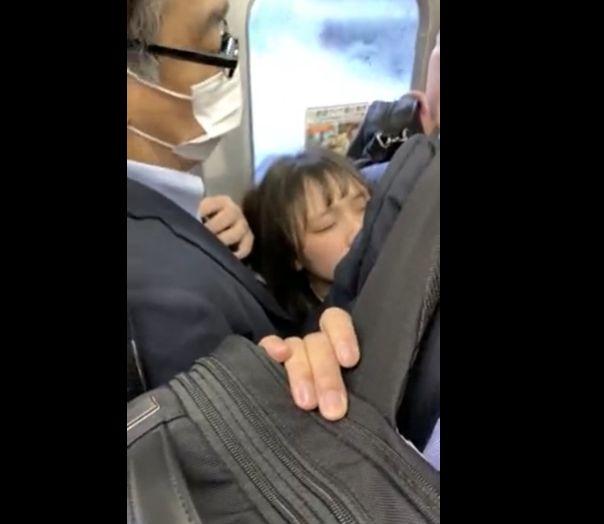 スーツのおっさんに囲まれて明らかに様子がおかしい女の子