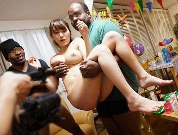 英会話レッスンで知り合った専業主婦の人妻がホームパーティーに招かれ泥●し黒人たちに嬉しそうに中出しされている不埒な映像