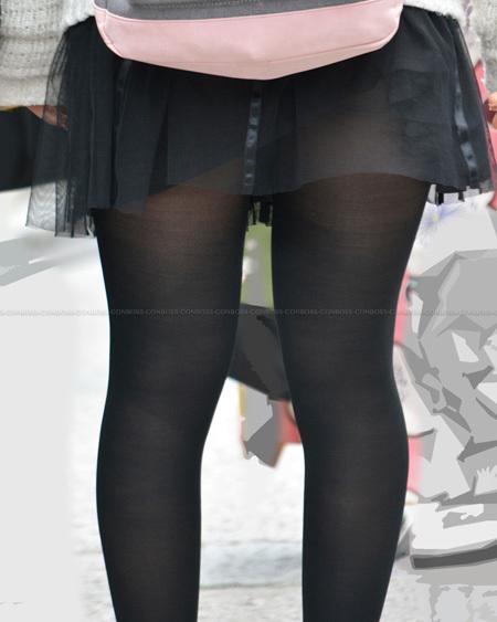 ミニスカ捲れる黒タイツ