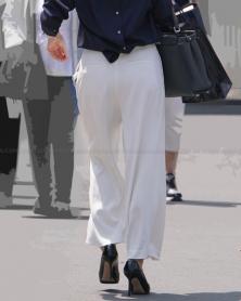 むっちり美尻のホワイトパンツ