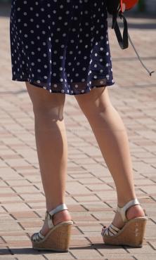 生脚サンダルの美脚お姉さん