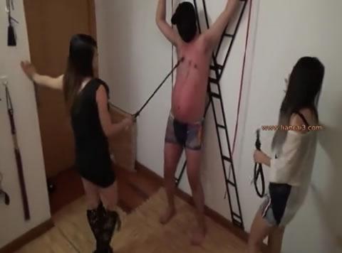 二人の中国女王様が両手を吊って拘束したM男をバラ鞭、一本鞭、乗馬鞭責め、蹴り、乳首責め等で調教!
