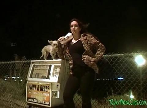 夜中にワンちゃんの散歩で外出したお姉さんがオナラを連発披露しちゃいます!
