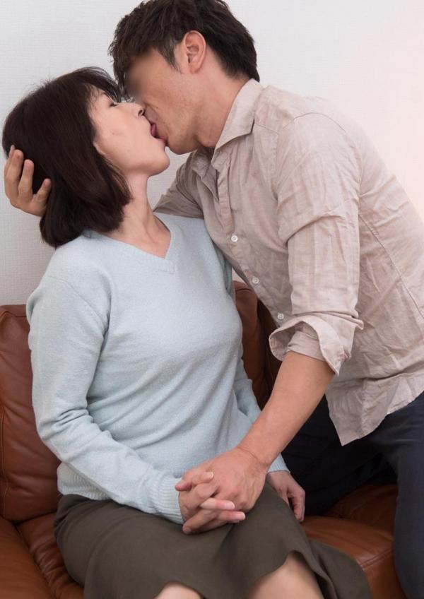 50代熟女の性欲がヤバい!淫欲止まらない奥様たち【画像】80枚の45枚目