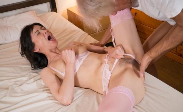 熟女手マン画像 ミセスの糸引くマン汁、潮吹き70枚の1