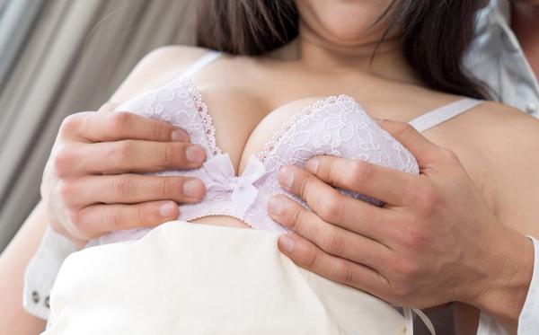 おっぱいを触ってる画像 男が敏感な美乳を愛撫してる80枚の78枚目