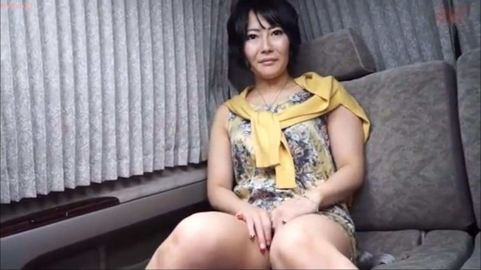 デート帰りの41歳美熟女さんは赤黒交互のマニキュア