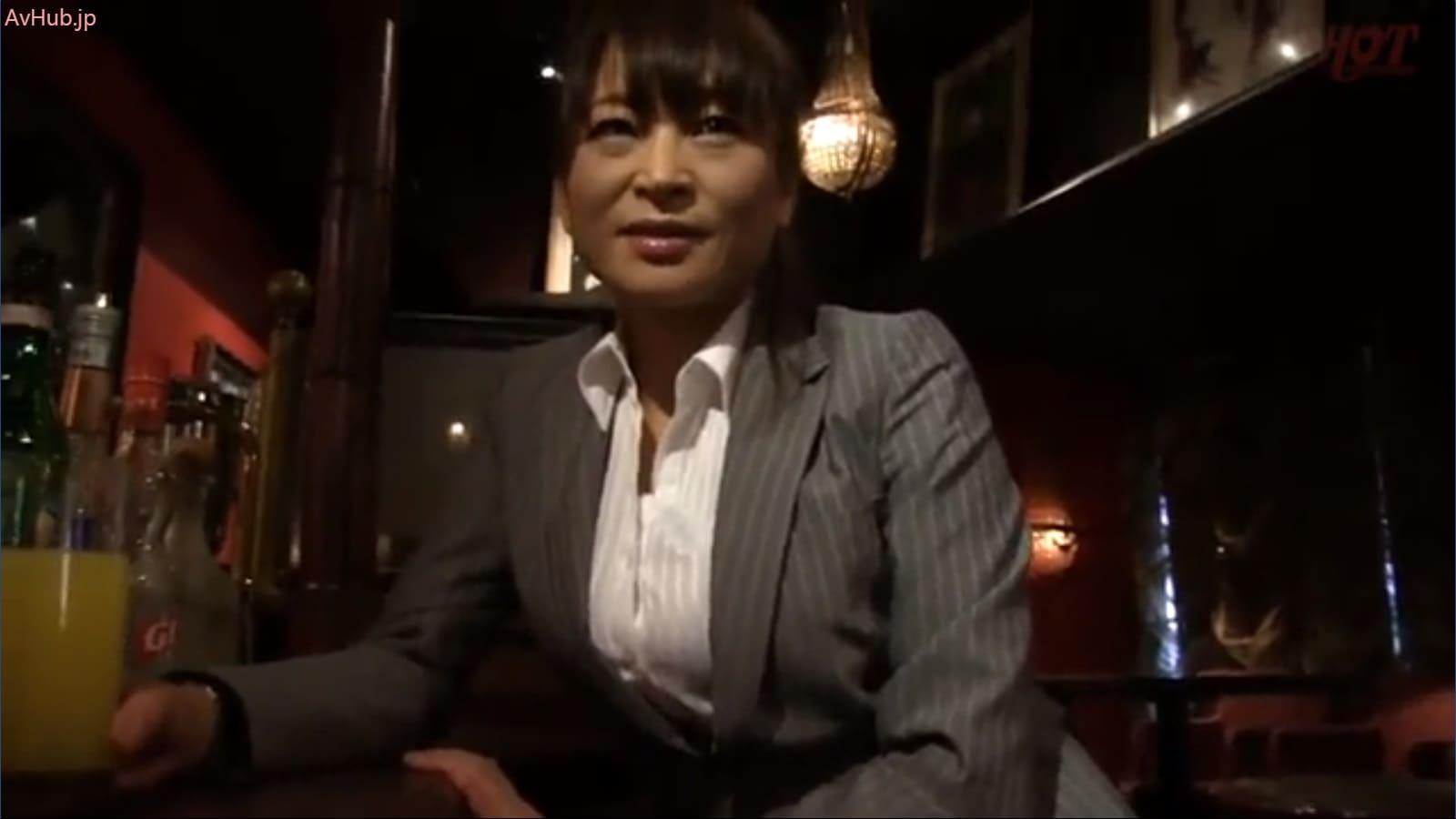 三咲悠は仕事帰りにバーカウンターでグラスを傾けるお一人様のスーツ美熟女