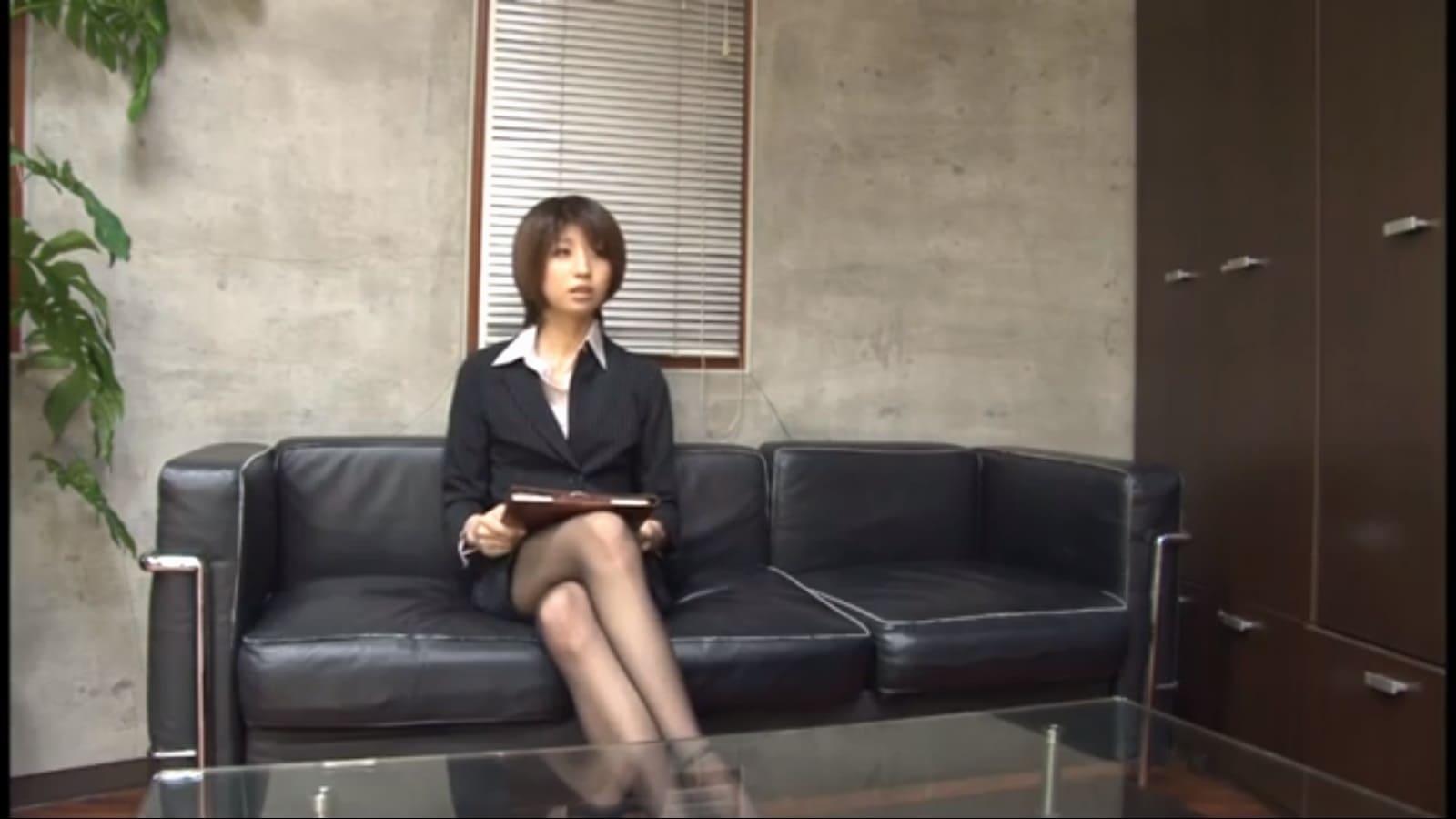 面接官はスーツ姿の美脚女性長谷川舞