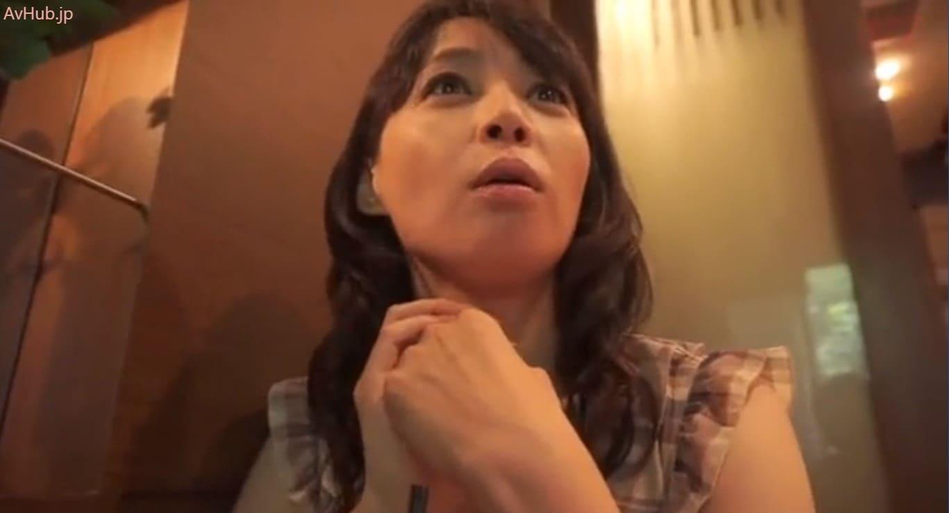 【安野由美】美熟奥様逆ナンパチャレンジ!若いペニスが欲しくて我慢出来ない淫乱おばさんのグイグイ痴女セックス