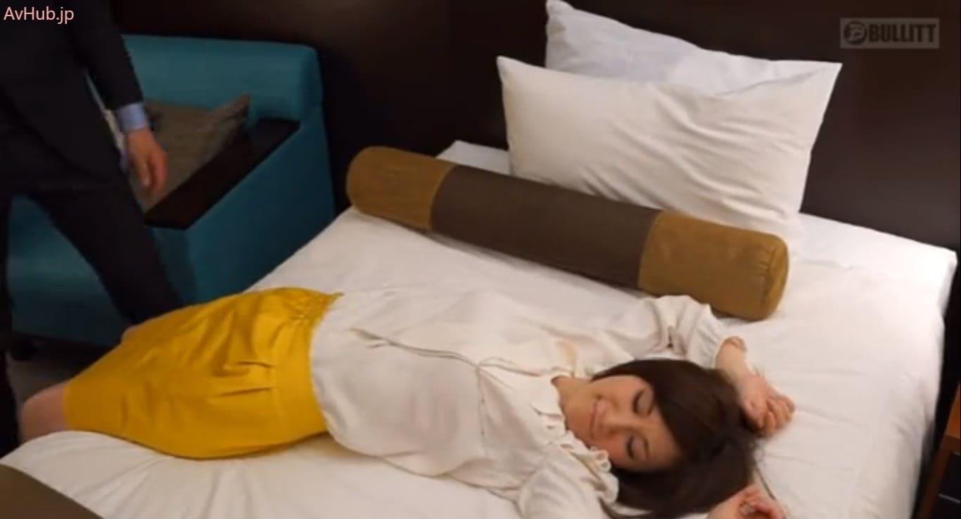 酔っ払った奥様をベッドに運ぶ