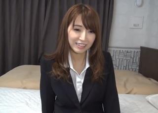 【無修正】スーツ姿の似合う超美人なOLが昼休み使ってAV出演