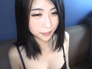 【無修正】黒い髪の華奢な素人娘の生膣にたっぷり発射する個人撮影