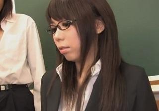 【無修正】沢井真帆 男性生徒達に集団でハメられるも絶頂が止まらない変態美人教師
