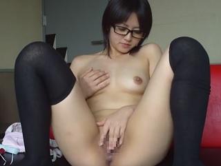 【無修正】裸ニーソの素人美少女がM字開脚しながらオマンコに玩具ズボ入れのライブ配信