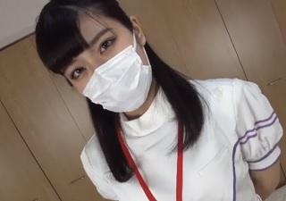 【無修正】看護師コスの素人美女を自宅に連れ込み縦筋マンコに大量中出し!
