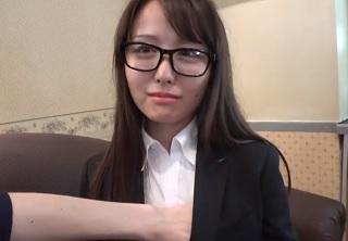 【無修正】メガネの似合う24歳の美人OLが勃起チンポ丁寧に舐め回す個人撮影