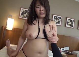 【無修正】肉付きの良いぽちゃ巨乳な素人娘の2穴を犯しまくる3Pハメ撮り!