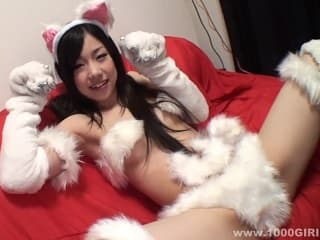 【無修正】猫耳の可愛い色白シロウトが極太チンポにおまんこで跨って騎乗位SEX