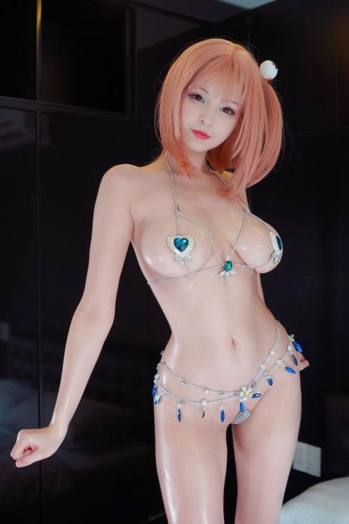 【どう見ても痴女】裸のほうが恥ずかしい変態水着を着たDOAXコスプレイヤー画像