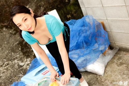 吉岡蓮美 朝ゴミ出しする近所の遊び好きノーブラ奥さん 無修正動画 一本道 01