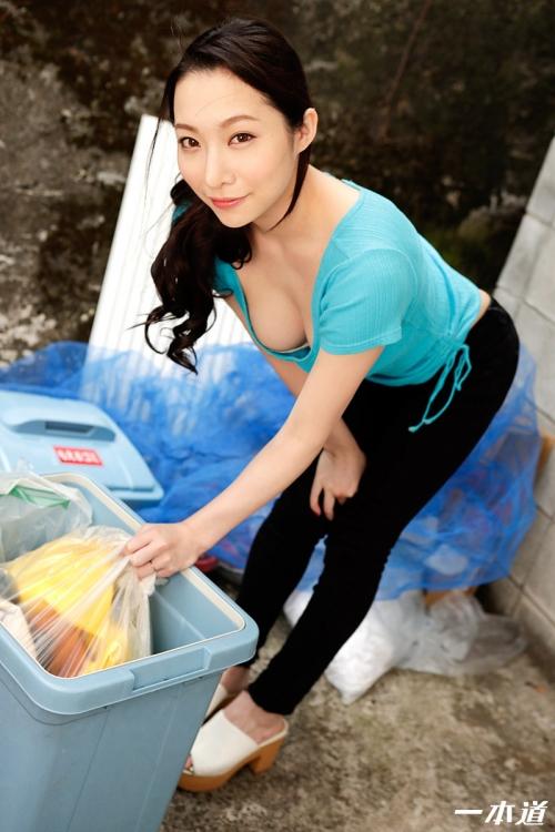 吉岡蓮美 朝ゴミ出しする近所の遊び好きノーブラ奥さん 無修正動画 一本道 02
