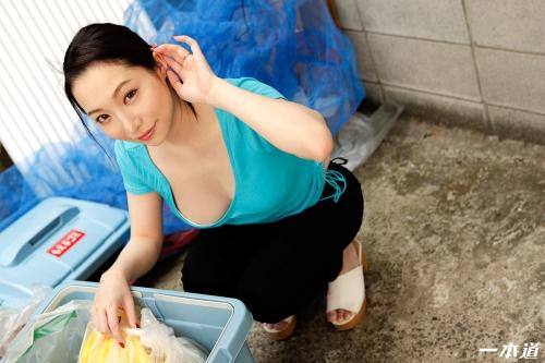 吉岡蓮美 朝ゴミ出しする近所の遊び好きノーブラ奥さん 無修正動画 一本道 03