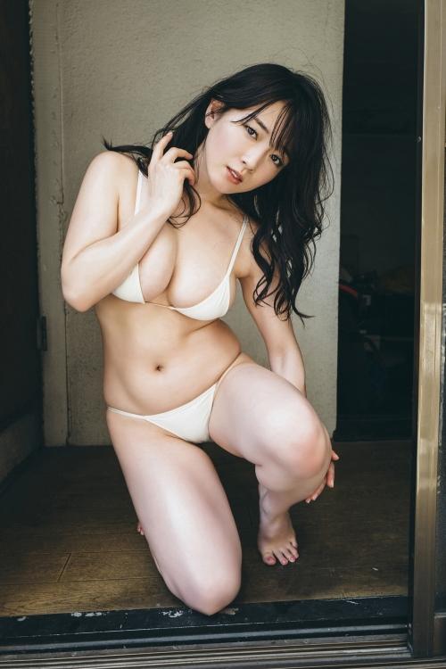 巨乳グラビアアイドルのビキニ 32