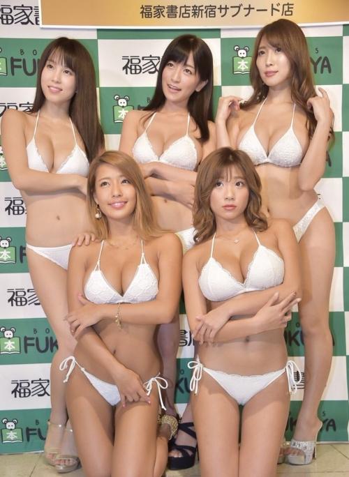 巨乳グラビアアイドルのビキニ 37