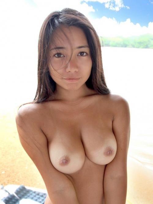 裸になったらくっきり、肌に刻んだ日焼け跡がえちえちでそそる!