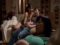皆が寝ているうちに彼女の友達に手コキフェラで・・・