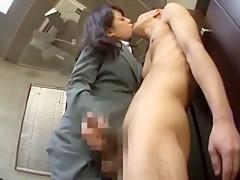 作業員の男を全裸にさせて寸止め手コキ責めする小悪魔OL