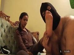 若い黒人女性の足や腋や尻やアソコを舐めさせられセンズリする男