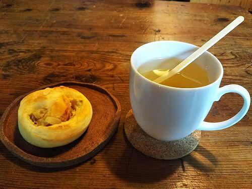 20180920草津温泉のパン屋さん、こごみパンのホットレモネードとさつまいものパン