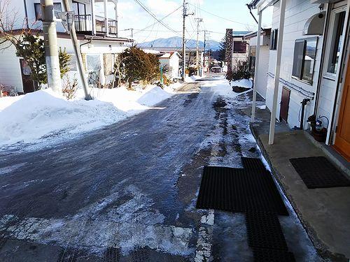 20190108草津温泉カフェ花栞(はなしおり)カフェ入口前の凍結道路