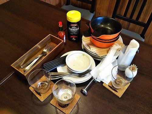 20190306草津温泉カフェ花栞(はなしおり)食器とグラスの山2