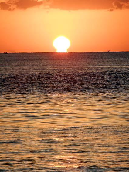 徳島県大浜海岸のだるま朝日