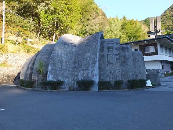 駐車場の謎の建物