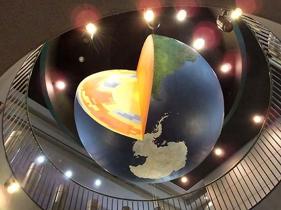 回転する地球儀