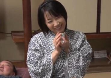 桐島美奈子 家族旅行で酔い潰れた嫁父の横で我慢できなくなった娘婿がホロ酔った嫁母をヤッちゃう!