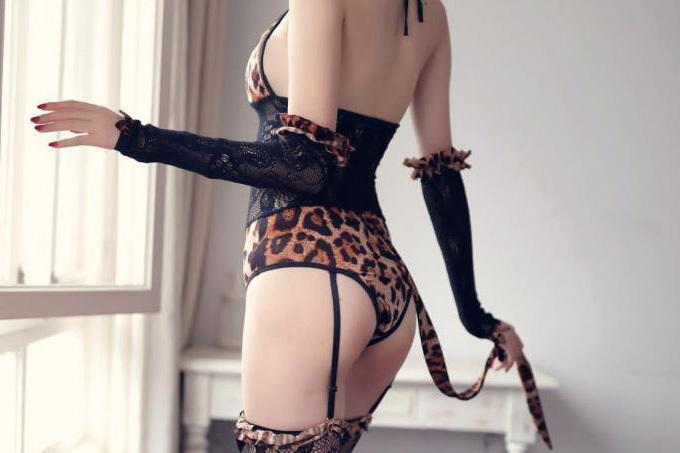豹柄で挑発的な誘惑するお姉さん