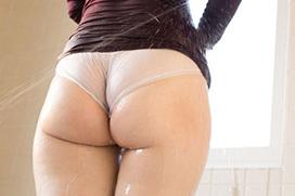 暑いので水に濡れたお尻のエロ画像
