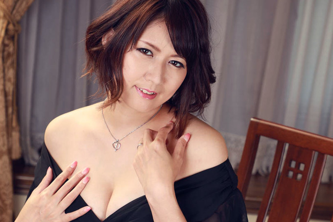 美咲マヤ 男のチ○コをアイスのように舐め回したいお姉さん。