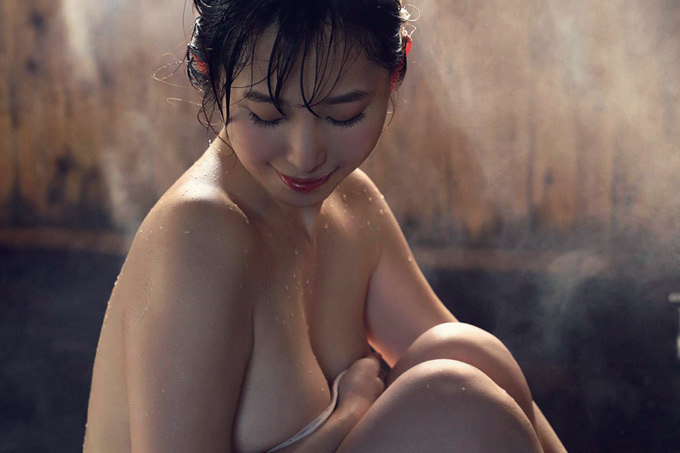 塩地美澄 官能的な裸身。